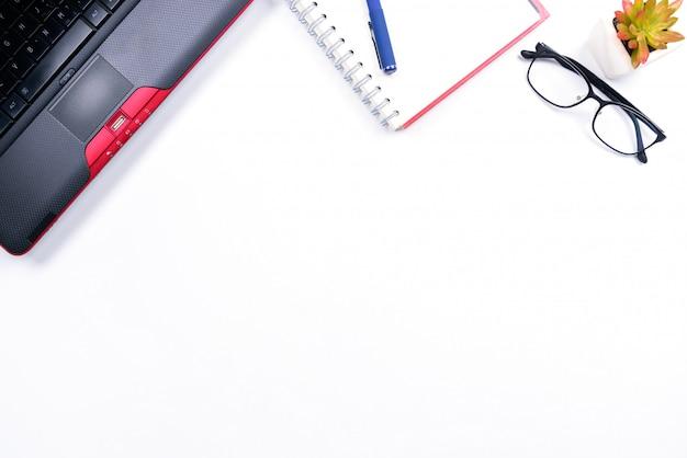 Vista superior ou estilo flat lay com espaço da cópia do espaço de trabalho com laptop, caneta, caderno, óculos