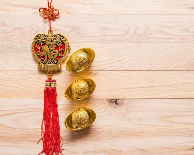 Vista superior ouro e vermelho ano novo chinês decoração em fundo de madeira