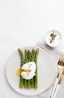 Vista superior ovo frito com aspargos