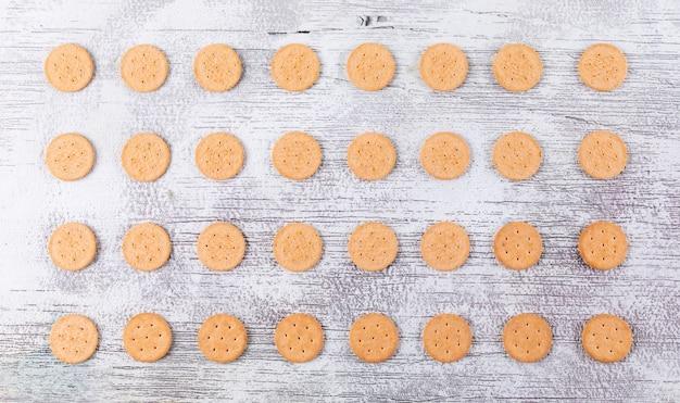 Vista superior padrão de cookies na horizontal de madeira branca
