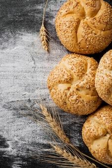Vista superior pãezinhos com arranjo de trigo