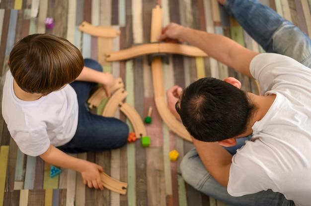 Vista superior pai brincando com filho