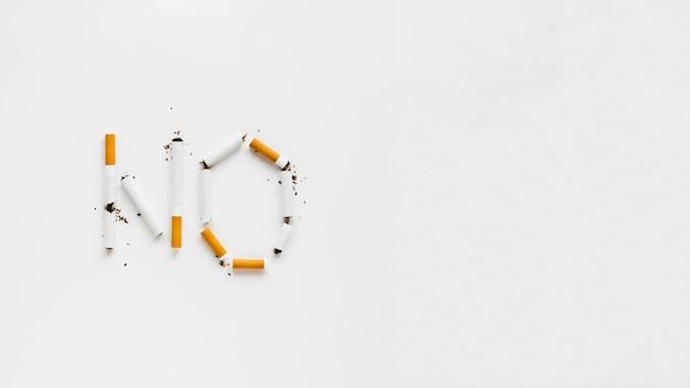 Vista superior palavras feitas por cigarros