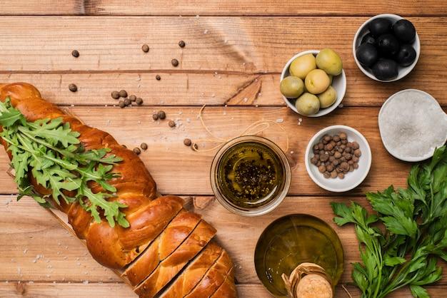 Vista superior pão caseiro e azeitonas em cima da mesa