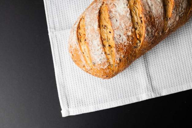 Vista superior pão fresco em fundo preto e pano