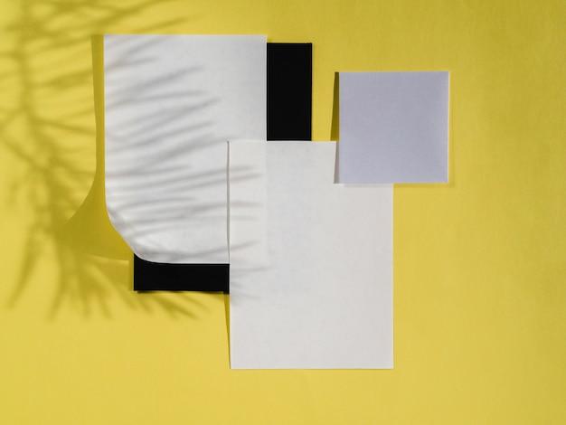 Vista superior papéis vazios com sombras