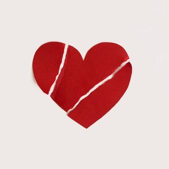 Vista superior papel coração forma quebrada