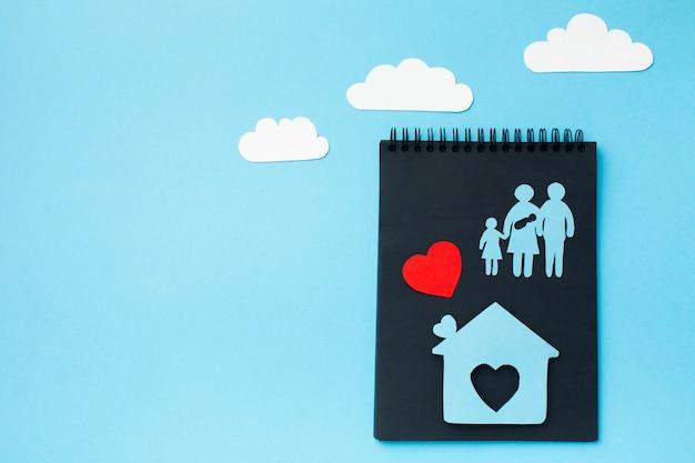 Vista superior papel cortado conceito de família com espaço de cópia