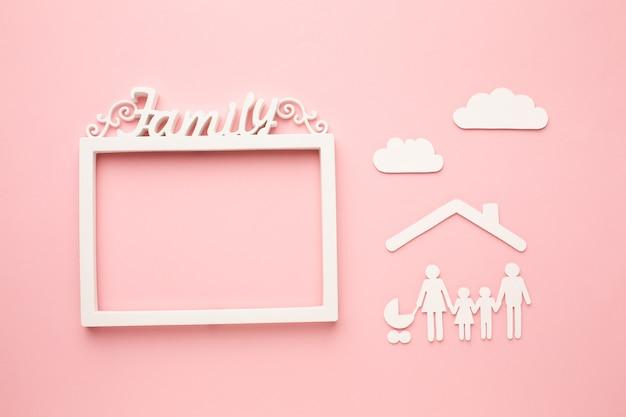 Vista superior papel cortado família com conceito de moldura