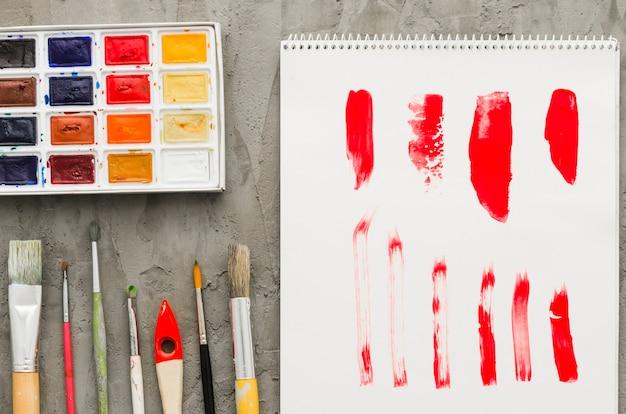 Vista superior, papel pintado, aquarela e pincéis