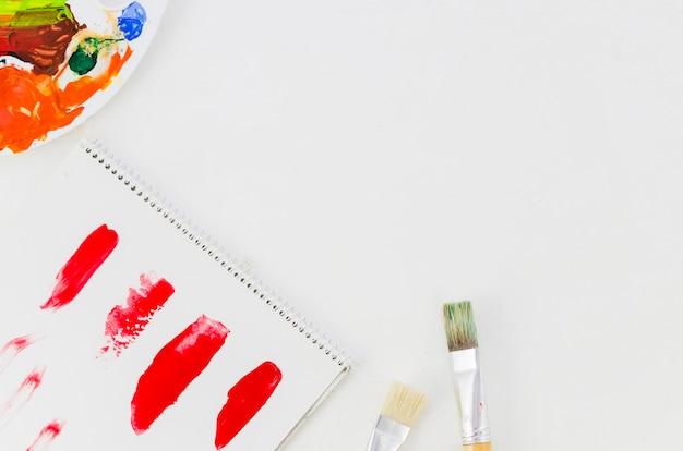 Vista superior, papel pintado, pincéis e paleta