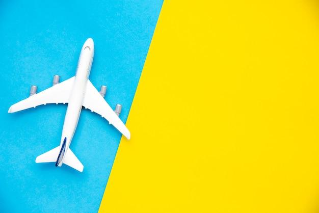 Vista superior para modelos de avião em um fundo colorido.