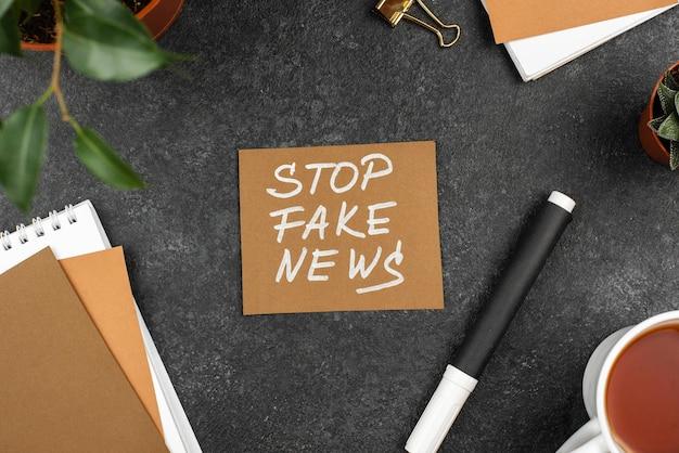Vista superior parar conceito de notícias falsas Foto gratuita