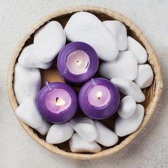 Vista superior pedras de bem-estar e velas para spa