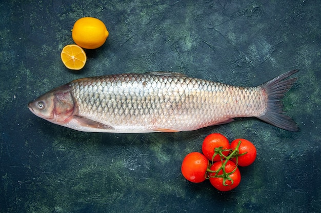 Vista superior peixe cru tomate limão na mesa com local de cópia