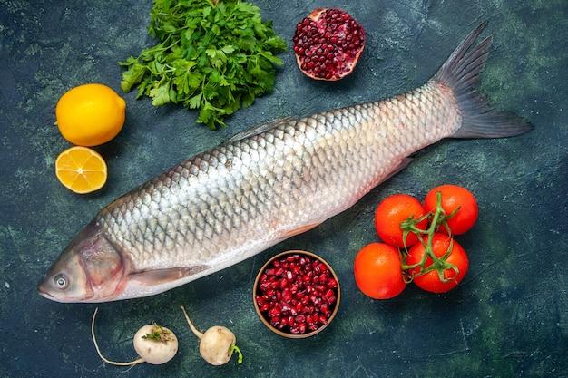 Vista superior peixe cru, tomate, rabanete, salsa, romã em uma tigela pequena com limão na mesa