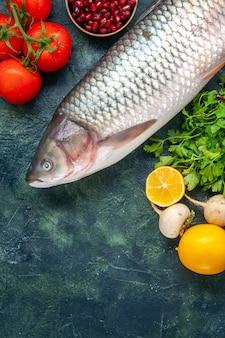 Vista superior peixe cru tomate rabanete salsa romã sal marinho em tigelas pequenas limão na mesa