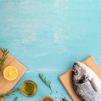 Vista superior peixe fresco em uma placa de madeira