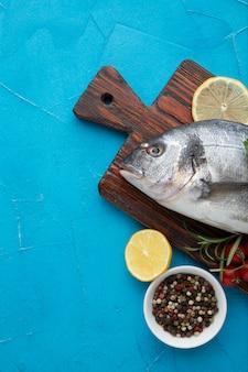 Vista superior peixe fresco no fundo de madeira