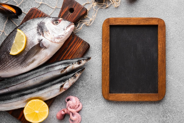 Vista superior peixe fresco no fundo wodden