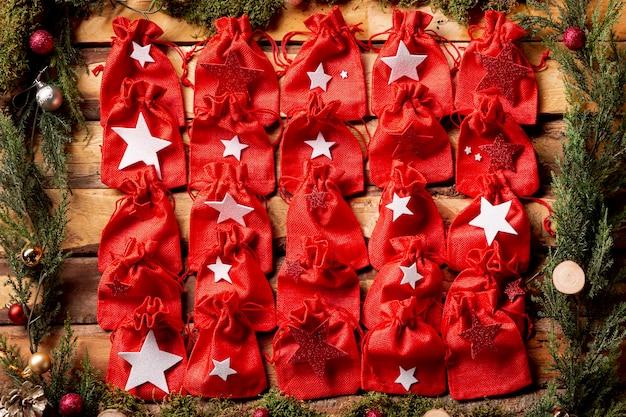 Vista superior pequenas pequenas bolsas vermelhas