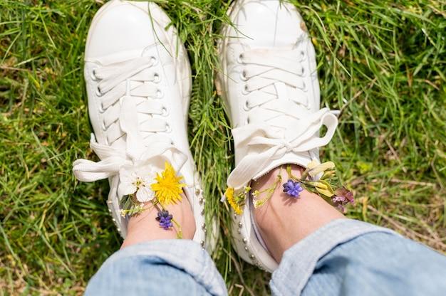 Vista superior pés de mulher com flores