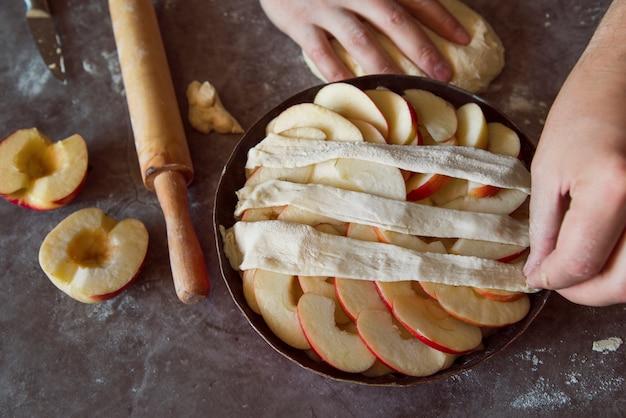 Vista superior pessoa fazendo uma torta de maçã