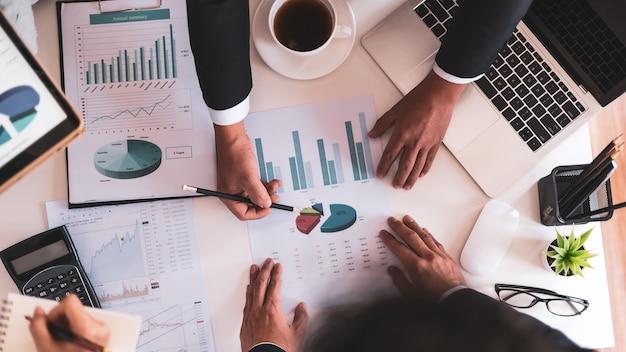 Vista superior, pessoas de negócios relatam vendas ao chefe, conceito financeiro e contábil, trabalho em equipe colaborativo.