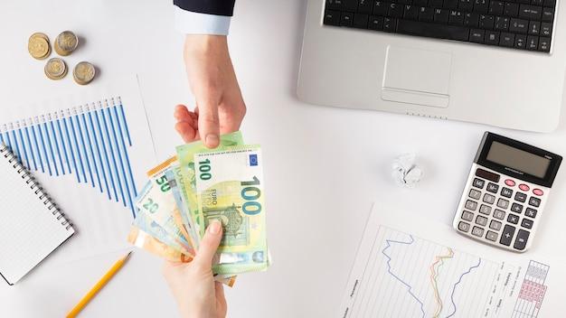 Vista superior pessoas trocando dinheiro