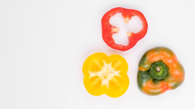Vista superior pimentões coloridos com espaço de cópia