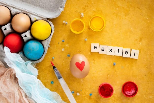 Vista superior pintados à mão ovos de páscoa