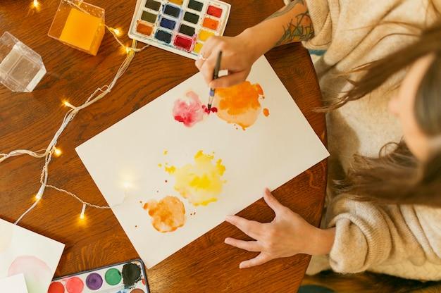 Vista superior pintura abstrata e paleta de cores Foto gratuita