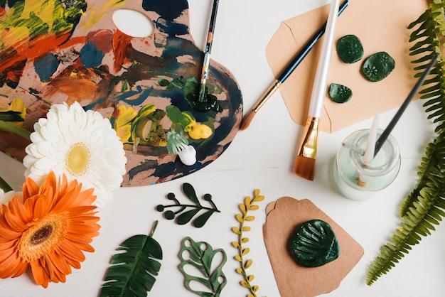 Vista superior pintura materiais e ferramentas na mesa