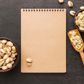 Vista superior pistache com bloco de notas
