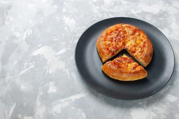 Vista superior pizza assada com queijo no branco