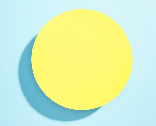Vista superior placa amarela na mesa