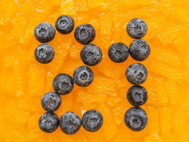 Vista superior plana de mirtilos em geleia de laranja