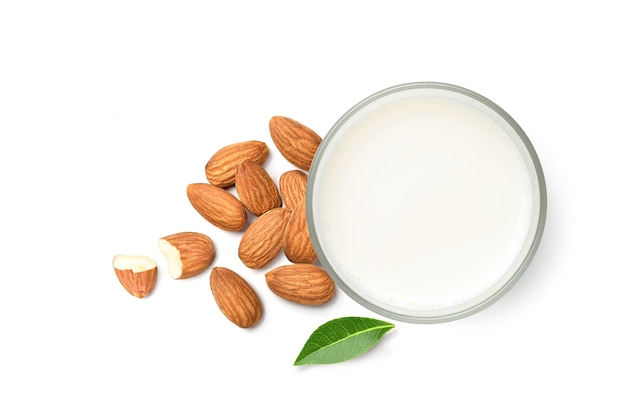 Vista superior plana leiga de leite de amêndoa com nozes de amêndoa, isolado no fundo branco.
