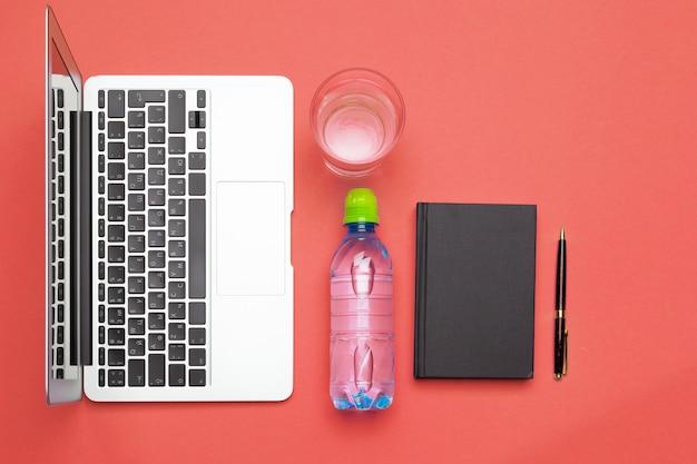 Vista superior plana leigos de material de escritório com garrafa de água