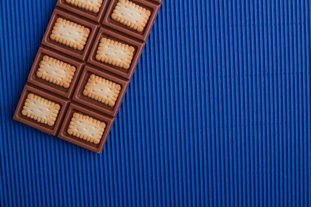 Vista superior plana mistura de barra de chocolate e biscoito