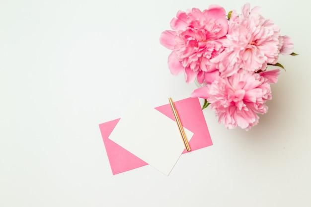 Vista superior plana plana de cartão minimalista horizontal