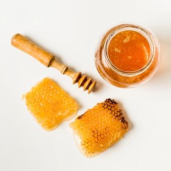 Vista superior pote de mel com favos de mel