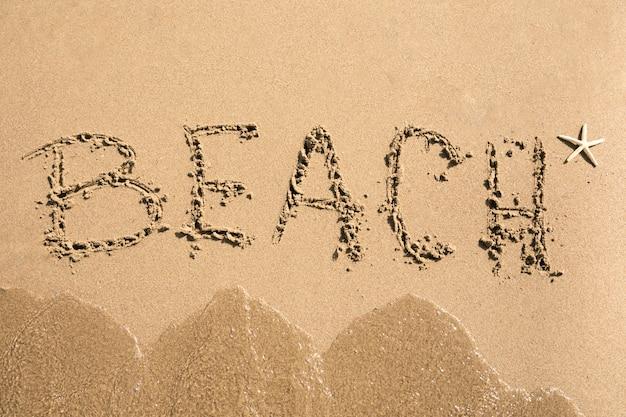 Vista superior praia escrita na areia