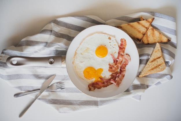 Vista superior prato de café da manhã americano