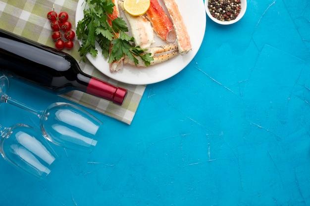 Vista superior prato de frutos do mar com vinho