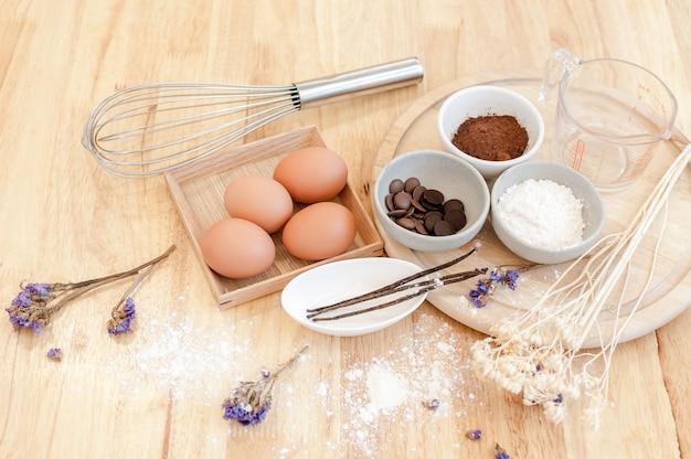 Vista superior preparação de cozimento na mesa de madeira, ingredientes de cozimento. tigela, ovos e farinha, rolo e cascas de ovo na placa de madeira, conceito de cozimento