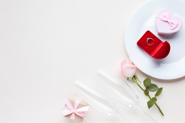 Vista superior presente e anel de caixa em um prato
