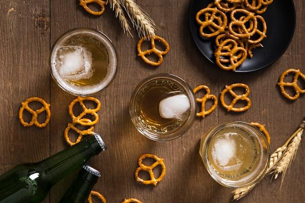 Vista superior pretzel e cerveja