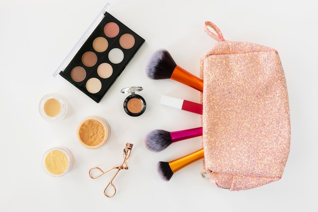 Vista superior produtos cosméticos de beleza na bolsa