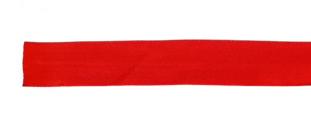Vista superior próxima acima da fita vermelha isolada no branco. configuração plana